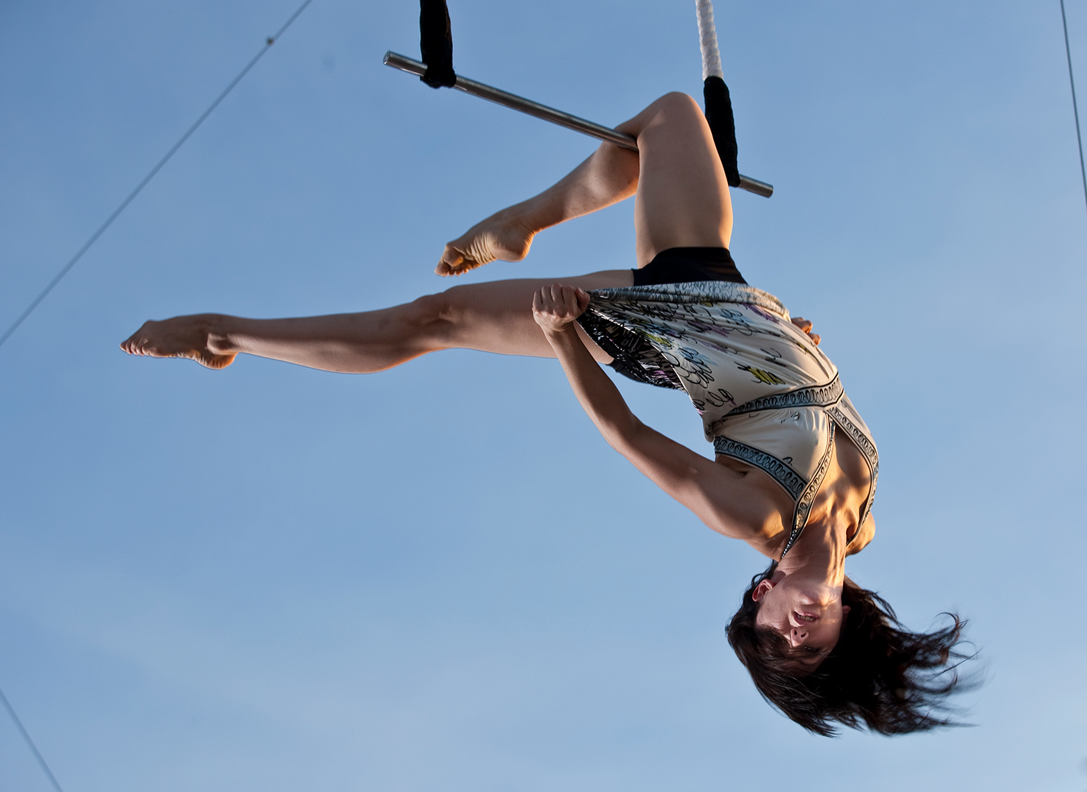 Knee suspension on a trapeze.